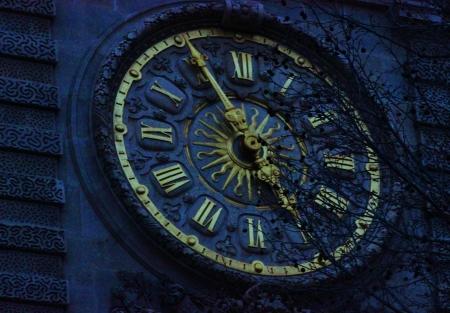 Gros plan d'une horloge d'or et un vieux bâtiment dans une dominante de bleu Banque d'images - 17123346
