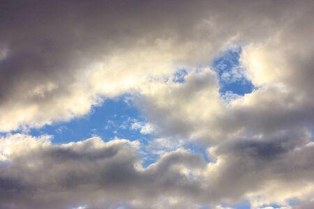 Ciel d'hiver bleu nuageux avec Banque d'images - 17123353