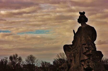 Statue antique sur fond de ciel nuageux Banque d'images - 17123356