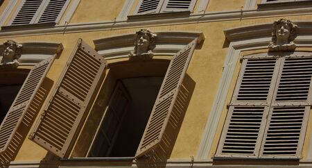 Une face de la maison avec une fenêtre ouverte dans un village de la Côte d'Azur Banque d'images - 23328178