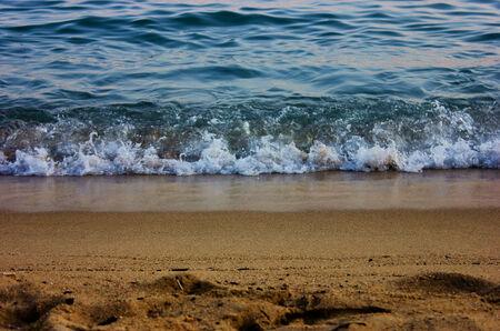 Le déplacement d'une onde sur la plage Banque d'images - 23328189