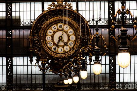 Big horloge dans un musée à Paris Banque d'images - 31106149