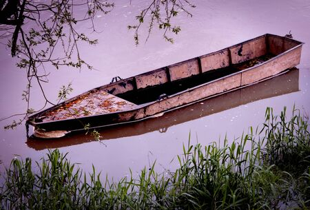 Un bateau sur la rivière Banque d'images - 44247345