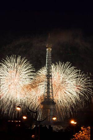 La Tour Eiffel et des feux d'artifice Banque d'images - 44247415