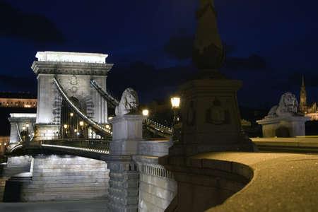 szechenyi: Imagen de la noche en Budapest, Hungr�a, con Szechenyi Lanchid (cadena) Bridge  Foto de archivo