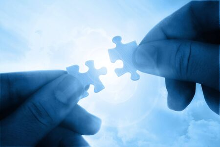Beitritt zwei Puzzle-Stücke über das Sonnenlicht Standard-Bild - 7975786