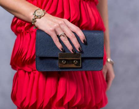 Borse tendenze della moda. Primo piano di elegante borsa bellissima. Donna alla moda è in possesso di una borsa alla moda. D'avanguardia alla moda accessori concept