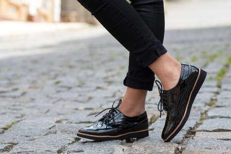 ropa casual: Cierre de zapatos femeninos elegantes. la publicidad calzado.