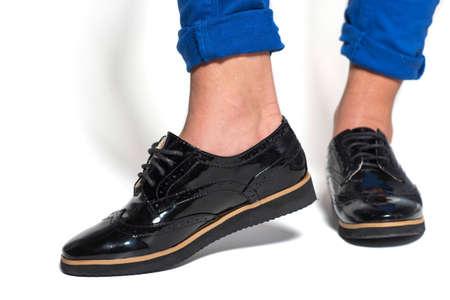 Cierre de zapatos femeninos elegantes botas. zapatos de moda elegantes botas calzado concepto sobre fondo blanco. Catálogo de calzado urbano de publicidad