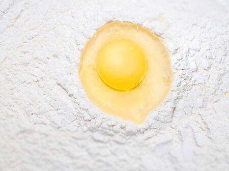 Broken egg on flour, means for making bread Zdjęcie Seryjne