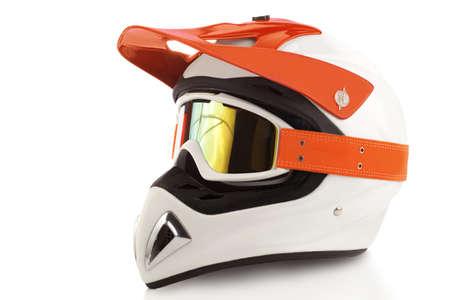 Oranje motorfiets bril en helm op wit wordt geïsoleerd Stockfoto