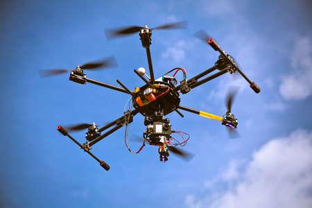 Latanie śmigłowcem Drone jest filmowanie wideo w błękitne niebo