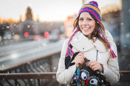 Winter woman with colorfull hat in city Reklamní fotografie - 35237107