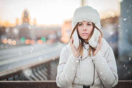 Russian woman in the winter city Reklamní fotografie - 35237143