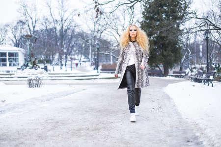 Blonde girl in the park on a winter day Reklamní fotografie - 35846178