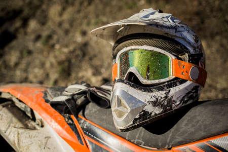 Vuile motorfiets motorcross helm met bril Stockfoto