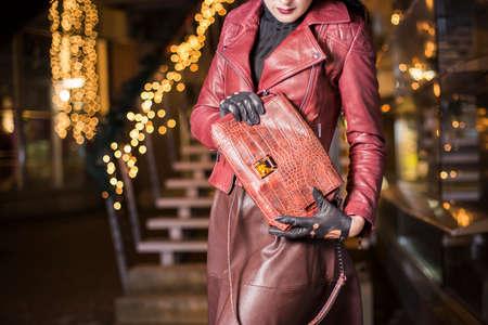 비싼 악어 가죽 핸드백을 가진 여자