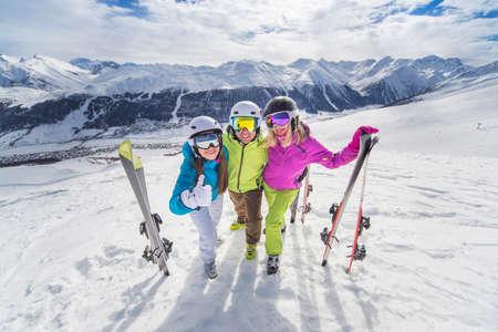 Vrouwelijke en mannelijke jongeren met skiën en snowboarden vakantie op een sneeuwhellingen