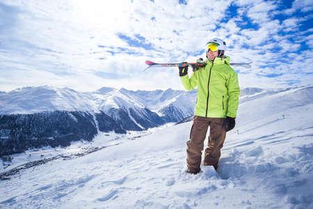 Blanke man op apine piste Livigno Europees skistation dorp