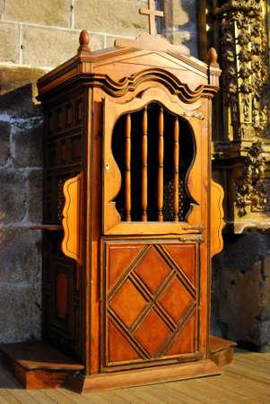 arrepentimiento: Caja de madera confesi�n en la iglesia medieval Foto de archivo