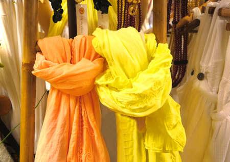 sciarpe: Sciarpe colorate giallo e arancione sulla vetrina