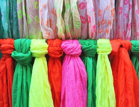 sciarpe: Sciarpe colorate su vetrina Archivio Fotografico