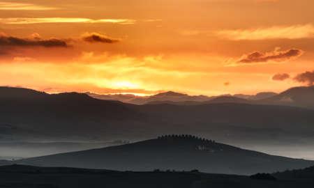 nebbia: Alba in Toscana