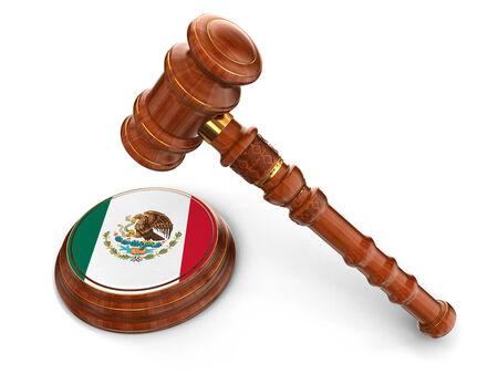 bandera de mexico: Mazo de madera y bandera de M�xico Foto de archivo