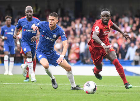 LONDON, ENGLAND - SEPTEMBER 22, 2019: Jorge Luiz Frello Filho (Jorginho) of Chelsea (L) and Sadio Mane of Liverpool (R) pictured during the 2019/20 Premier League game between Chelsea FC and Liverpool FC at Stamford Bridge. Éditoriale