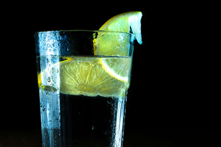 glass of water and lemon on black background 版權商用圖片
