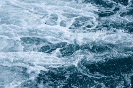 Niebiesko-turkusowa woda o nieregularnej strukturze fal Zdjęcie Seryjne