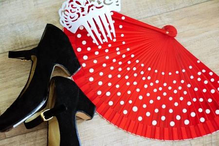 hot temper: Accesorios de flamenco: zapatos, ventilador y peine