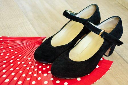 hot temper: Accesorios de flamenco: zapatos negros y ventilador rojo Foto de archivo
