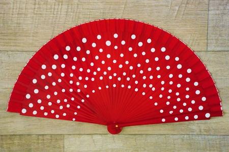 hot temper: Rojo abri� fan flamenco con manchas blancas
