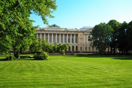 Russian palace: El palacio de Mikhailovsky en San Petersburgo, vista desde Mijailovski jard�n. El edificio alberga el Museo Estatal Ruso.