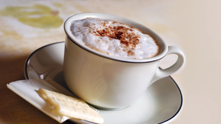 cappucino: cappucino and white chocolate in a coffee cup