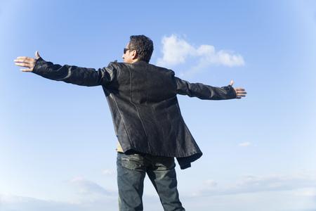 Jeune homme sain et heureux salue la nature Banque d'images - 63391432
