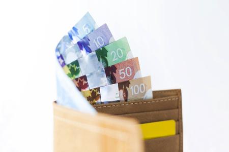 Dollars canadiens et les cartes de crédit porte-monnaie en cuir de couleur moutarde