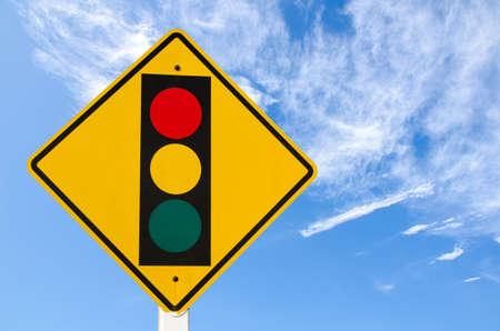 traffic signal: señal de advertencia de tráfico en el cielo azul
