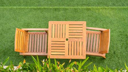 houten tafel en stoel tafel op gras