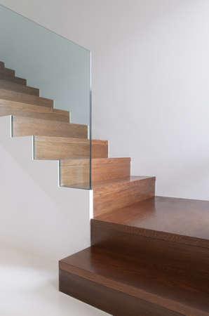 escalera: detalle escaleras de madera con barandilla de cristal endurecido