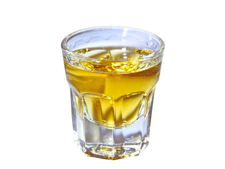 scotch: geschoten glas met whisky geïsoleerd