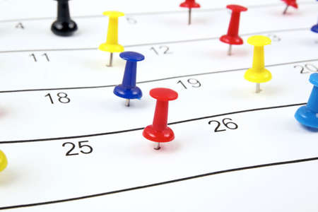 completo: calendario con chinchetas Foto de archivo