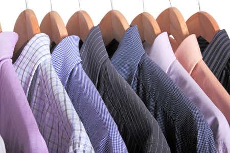 camisas: variedad de camisas en perchas de madera