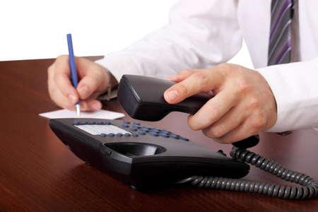 persona llamando: el hombre, responde o colgar el teléfono en una oficina