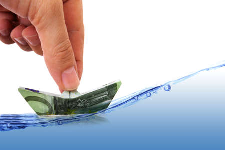 Mann wird Geld Führung Boot auf rauer See