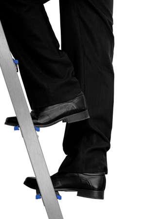competencias laborales: hombre vestido formalmente subiendo una escalera