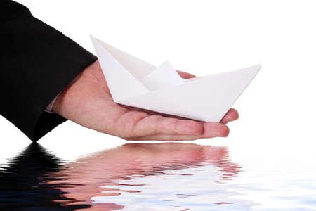 empezar: hombre de negocios está lanzando un barco de papel
