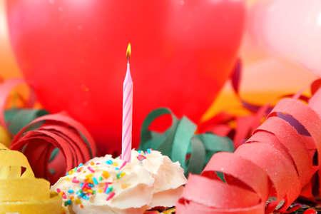 globos de cumpleaños: vela color de rosa con globos y serpentinas