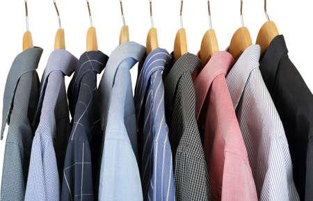 bunten Hemden auf hölzernen Kleiderbügel
